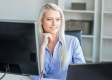 Νέα, ελκυστική και βέβαια εργασία επιχειρησιακών γυναικών στην αρχή Στοκ Φωτογραφίες
