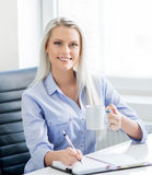 Νέα, ελκυστική και βέβαια εργασία επιχειρησιακών γυναικών στην αρχή Στοκ φωτογραφία με δικαίωμα ελεύθερης χρήσης