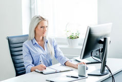 Νέα, ελκυστική και βέβαια εργασία επιχειρησιακών γυναικών στην αρχή Στοκ Εικόνα