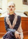 Νέα ελκυστική κυρία μόδας στην αναμονή σιδηροδρομικών σταθμών, εκλεκτής ποιότητας έννοια ανθρώπων στο κλασικό εσωτερικό Στοκ φωτογραφία με δικαίωμα ελεύθερης χρήσης