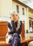 Νέα ελκυστική κυρία μόδας στην αναμονή σιδηροδρομικών σταθμών, εκλεκτής ποιότητας έννοια ανθρώπων στο κλασικό εσωτερικό Στοκ Εικόνες