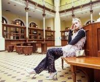Νέα ελκυστική κυρία μόδας στην αναμονή σιδηροδρομικών σταθμών, vintag Στοκ φωτογραφίες με δικαίωμα ελεύθερης χρήσης