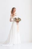 Νέα ελκυστική νύφη με μια γαμήλια ανθοδέσμη Στοκ εικόνες με δικαίωμα ελεύθερης χρήσης