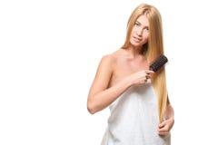 Νέα ελκυστική ξανθή γυναίκα με τα μπλε μάτια σε μια πετσέτα Στοκ Εικόνες