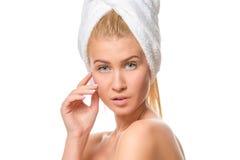Νέα ελκυστική ξανθή γυναίκα με τα μπλε μάτια σε μια πετσέτα Στοκ εικόνες με δικαίωμα ελεύθερης χρήσης