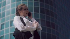 Νέα ελκυστική ομιλία επιχειρησιακών γυναικών φιλική στο τηλέφωνο απόθεμα βίντεο