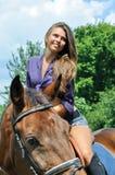 Νέα ελκυστική οδήγηση πλατών αλόγου γυναικών Στοκ Φωτογραφία