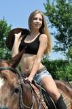Νέα ελκυστική οδήγηση πλατών αλόγου Στοκ φωτογραφίες με δικαίωμα ελεύθερης χρήσης