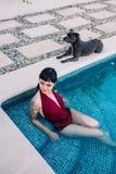 Νέα ελκυστική προκλητική γυναίκα στη λίμνη στοκ φωτογραφία