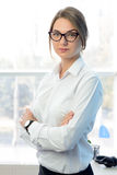 Νέα ελκυστική χαμογελώντας επιχειρηματίας στο λευκό στο φωτεινό σύγχρονο γραφείο Στοκ Φωτογραφία