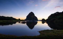 Νέα Ζηλανδία δυτικών ακτών του Ώκλαντ ηλιοβασιλέματος Piha βράχου λιονταριών στοκ εικόνες με δικαίωμα ελεύθερης χρήσης