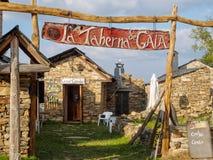 Νέα ζωή σε ένα ημι-εγκαταλειμμένο χωριό - Foncebadon στοκ εικόνα