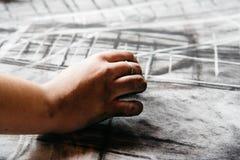 Νέα ζωγραφική καλλιτεχνών με τον ξυλάνθρακα Στοκ Εικόνες
