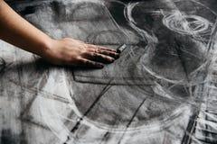 Νέα ζωγραφική καλλιτεχνών με τον ξυλάνθρακα Στοκ Φωτογραφίες