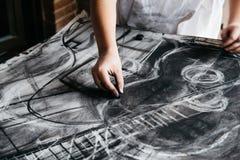 Νέα ζωγραφική καλλιτεχνών με τον ξυλάνθρακα Στοκ Φωτογραφία