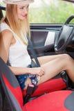 Νέα ζώνη ασφαλείας γυναικών στερεώνοντας στο αυτοκίνητο Στοκ φωτογραφία με δικαίωμα ελεύθερης χρήσης