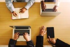 Νέα δημιουργική ομάδα που εργάζεται μαζί, άνθρωποι που συναντούν την έννοια ιδεών σχεδίου, στοκ εικόνα