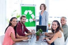 Νέα δημιουργική ομάδα που διοργανώνει μια συνεδρίαση για την ανακύκλωση στοκ φωτογραφία