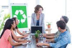 Νέα δημιουργική ομάδα που διοργανώνει μια συνεδρίαση για την ανακύκλωση στοκ εικόνες