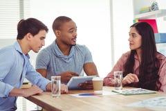 Νέα δημιουργική ομάδα που διοργανώνει μια συνεδρίαση στοκ εικόνες