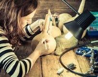 Νέα δημιουργική τέχνη γυναικών στην κολοκύθα στοκ εικόνες
