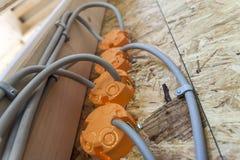 Νέα ηλεκτρική εγκατάσταση, πλαστικά κιβώτια υποδοχών και ηλεκτρικός Στοκ Εικόνες