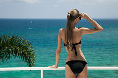 Νέα ηλιοθεραπεία γυναικών. Άποψη θάλασσας πολυτέλειας. Στοκ Φωτογραφίες