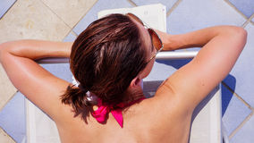 Νέα ηλιοθεραπεία γυναικών στοκ φωτογραφία