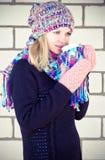 Νέα θέρμανση γυναικών με το χειμώνα φλυτζανιών καφέ Στοκ φωτογραφία με δικαίωμα ελεύθερης χρήσης