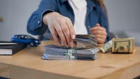 Νέα θηλυκά χέρια που μετρούν τα χρήματα φιλμ μικρού μήκους