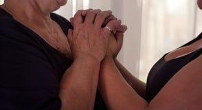 Νέα θηλυκά χέρια σχετικά με το παλαιό θηλυκό χέρι - φροντίδα Στοκ εικόνα με δικαίωμα ελεύθερης χρήσης