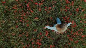 Νέα θηλυκή γυναίκα blogger στον τομέα λουλουδιών φιλμ μικρού μήκους