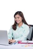 Νέα θηλυκή ασιατική επιχειρηματίας στο γραφείο Στοκ φωτογραφίες με δικαίωμα ελεύθερης χρήσης