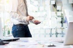 Νέα διάσκεψη εγγράφων αναθεώρησης επιχειρηματιών που λειτουργεί Plannin Στοκ φωτογραφία με δικαίωμα ελεύθερης χρήσης