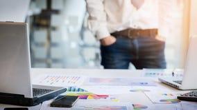Νέα διάσκεψη εγγράφων αναθεώρησης επιχειρηματιών που λειτουργεί Plannin Στοκ Εικόνα