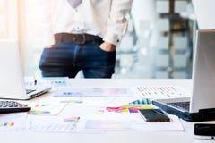 Νέα διάσκεψη εγγράφων αναθεώρησης επιχειρηματιών που λειτουργεί Plannin Στοκ εικόνες με δικαίωμα ελεύθερης χρήσης