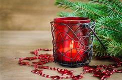 Νέα διακόσμηση έτους Χριστουγέννων Καίγοντας κερί, χριστουγεννιάτικο δέντρο και γιρλάντα Εκλεκτική εστίαση Στοκ Φωτογραφία