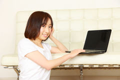 Νέα ιαπωνική γυναίκα με τον υπολογιστή Στοκ Εικόνες