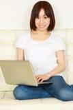 Νέα ιαπωνική γυναίκα με τον υπολογιστή Στοκ φωτογραφία με δικαίωμα ελεύθερης χρήσης