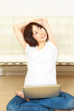 Νέα ιαπωνική γυναίκα με τον υπολογιστή στοκ φωτογραφίες με δικαίωμα ελεύθερης χρήσης