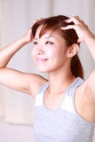 Νέα ιαπωνική γυναίκα που παίρνει έναν επικεφαλής massage  Στοκ Φωτογραφίες
