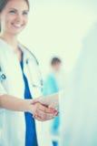 Νέα ιατρική χειραψία ανθρώπων που στέκεται στο νοσοκομείο Στοκ εικόνες με δικαίωμα ελεύθερης χρήσης