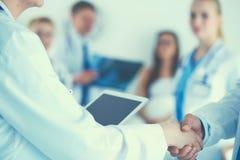 Νέα ιατρική χειραψία ανθρώπων που στέκεται στο νοσοκομείο Στοκ Φωτογραφία