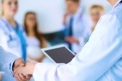 Νέα ιατρική χειραψία ανθρώπων στο γραφείο Στοκ εικόνες με δικαίωμα ελεύθερης χρήσης