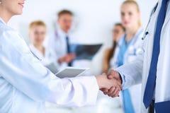Νέα ιατρική χειραψία ανθρώπων στο γραφείο Στοκ φωτογραφία με δικαίωμα ελεύθερης χρήσης
