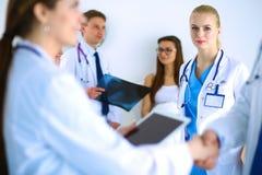 Νέα ιατρική χειραψία ανθρώπων στο γραφείο Στοκ Εικόνες