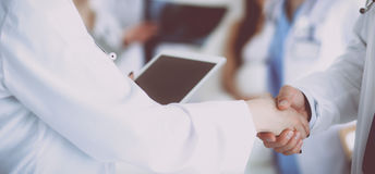 Νέα ιατρική χειραψία ανθρώπων στο γραφείο Στοκ Φωτογραφίες