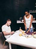 Νέα διαφυλετική οικογένεια στην κουζίνα Μάγειρας από κοινού Στοκ Φωτογραφίες