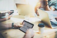 Νέα διαδικασία καταιγισμού ιδεών συνεδρίασης της επιχειρησιακής ομάδας Συνάδελφοι που απασχολούνται στη σε απευθείας σύνδεση έννο Στοκ εικόνα με δικαίωμα ελεύθερης χρήσης