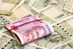 Νέα ινδικά 2000 τραπεζογραμμάτια ρουπίων 500 τραπεζογραμμάτια ρουπίων στο υπόβαθρο